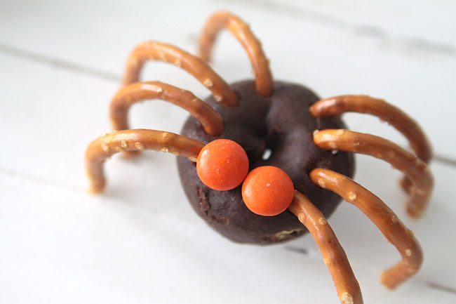 donut-pretzel-spiders-halloween-easy-fun-kid-craft